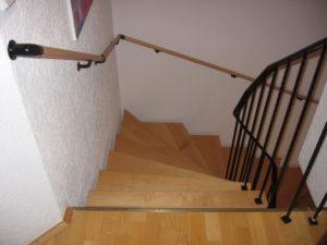 Treppe mit zwei Handläufen