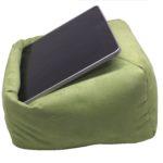 Das Lesekissen & Tablet Kissen auch für Kinder auf dem Sofa in hellgrün