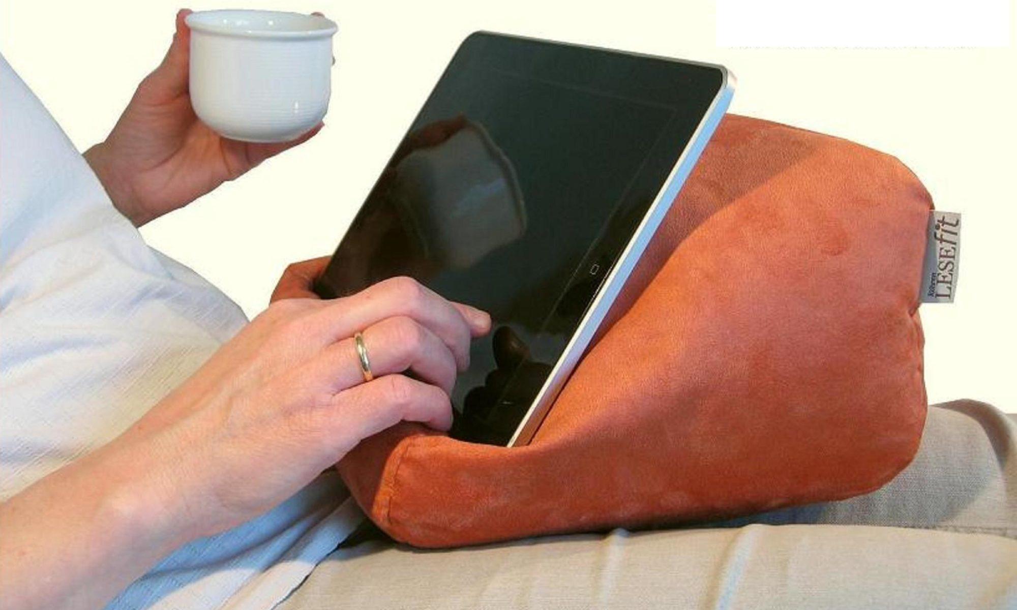 Lesekissen und Tablet Kissen auf dem Sofa